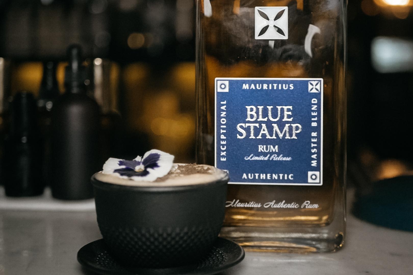 Kokteil s rumom Blue Stamp